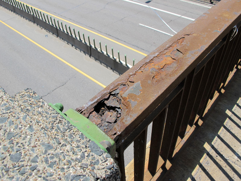 Corrosion of the ralings on bridge 5598.